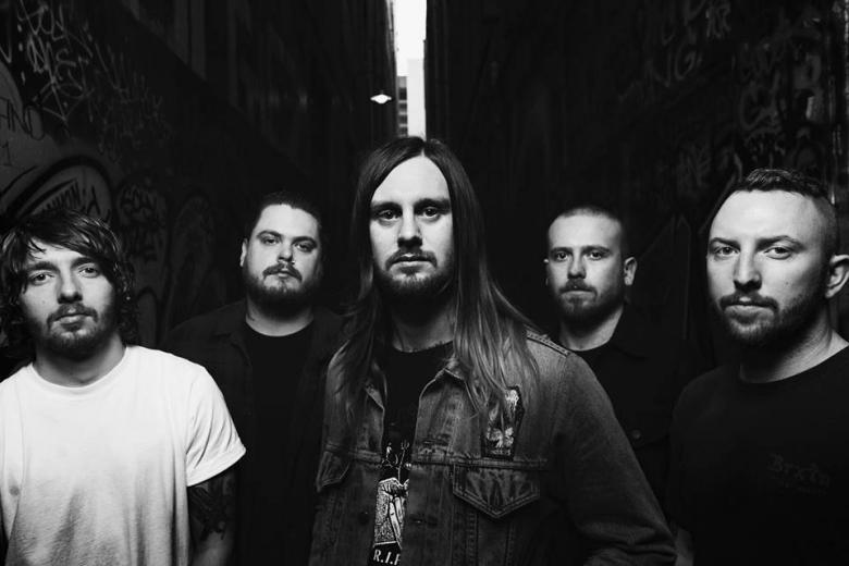 WHILE SHE SLEEPS et OLIVER SYKES en featuring